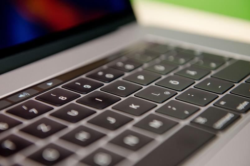 Detailaufnahme einer Tastatur mit dem Buchstaben I im Fokus