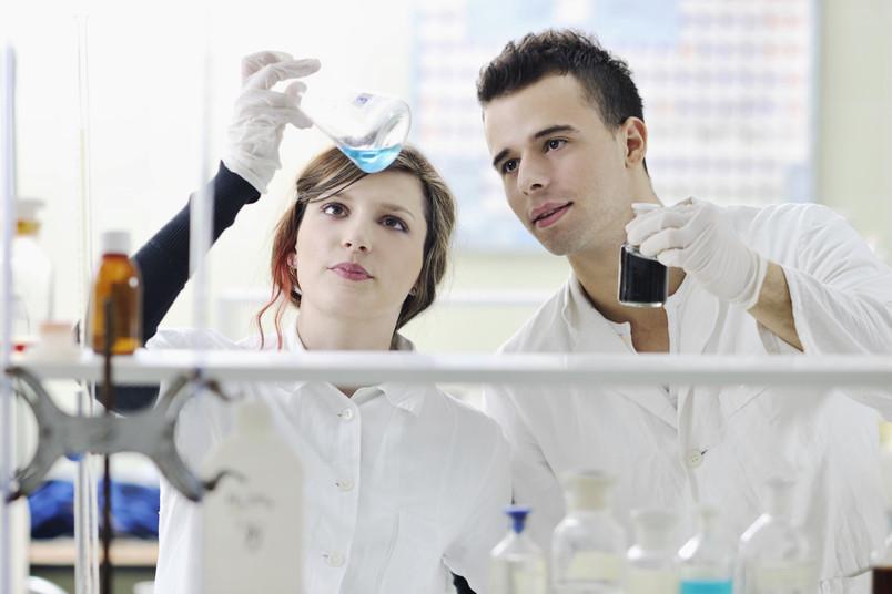 Zwei junge Forscher, eine Frau und ein Mann