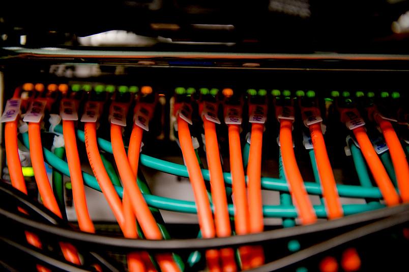 Server mit Kabeln