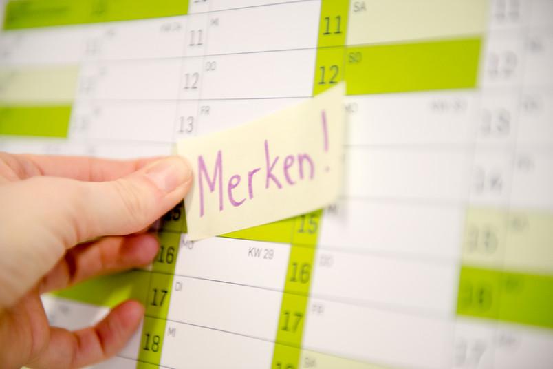 Klebezettel auf Kalender