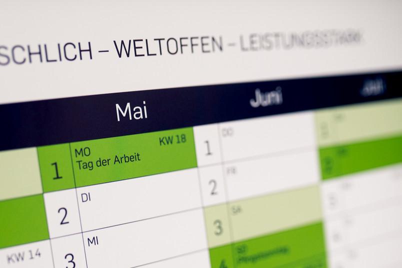 Jahresplaner mit dem Monat Mai im Vordergrund
