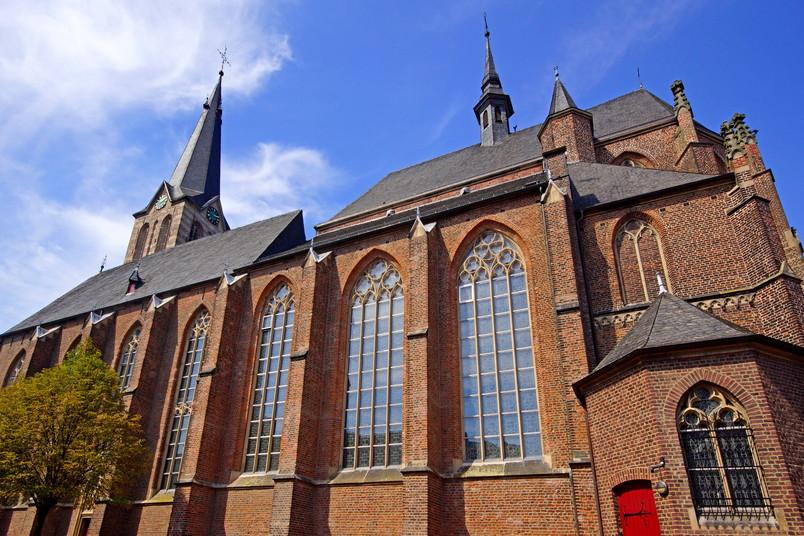 Seitliche Ansicht der katholischen Kirche St. Peter und Paul in Straelen am Niederrhein