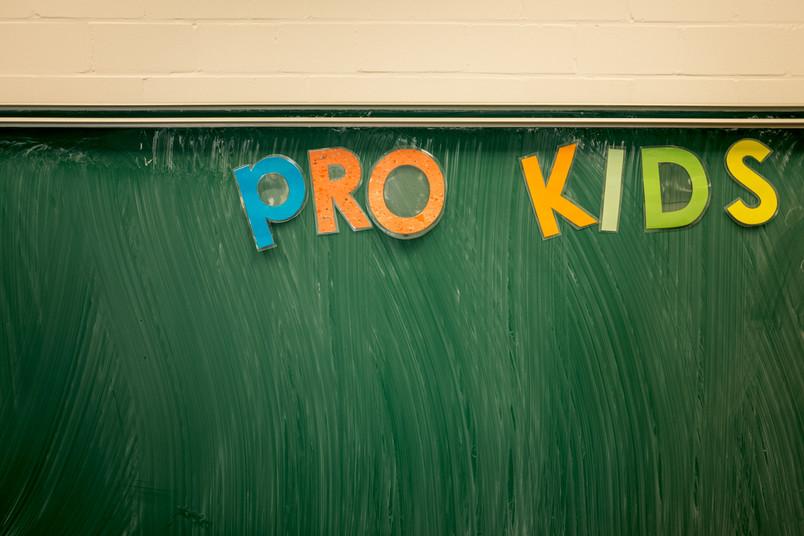 """Schultafel, auf der in bunt """"Prokids"""" steht"""