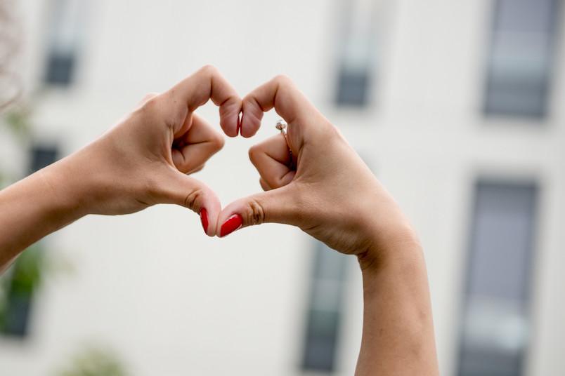 Hände, die ein Herz formen