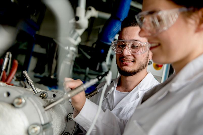 Studierende in einem Maschinenbaulabor
