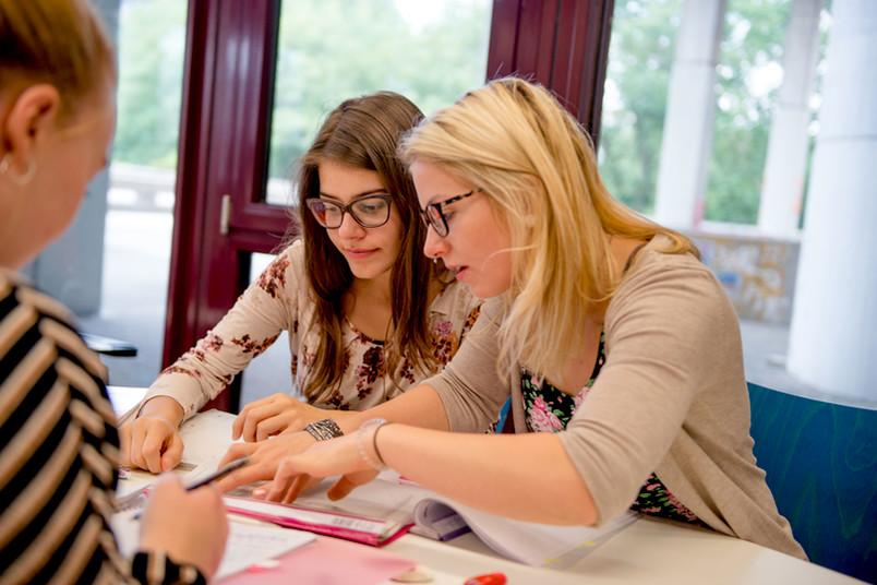 Studentinnen lernen gemeinsam.