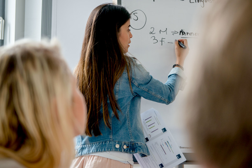 Studentin an einer Pinnwannd