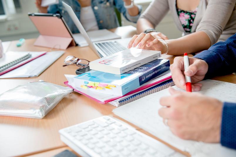 Schreibtisch auf dem Bücher liegen