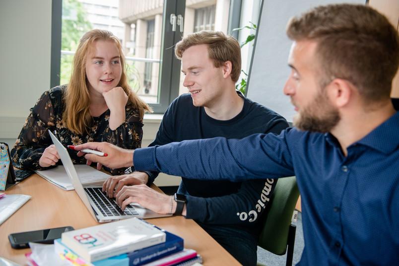 Studierende vor einem Laptop
