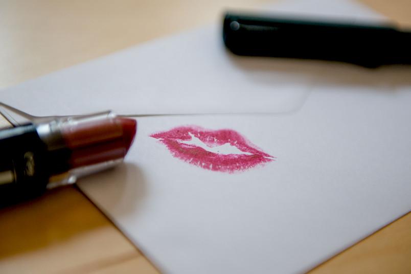 Abdruck eines Kussmundes auf einem Briefumschlag