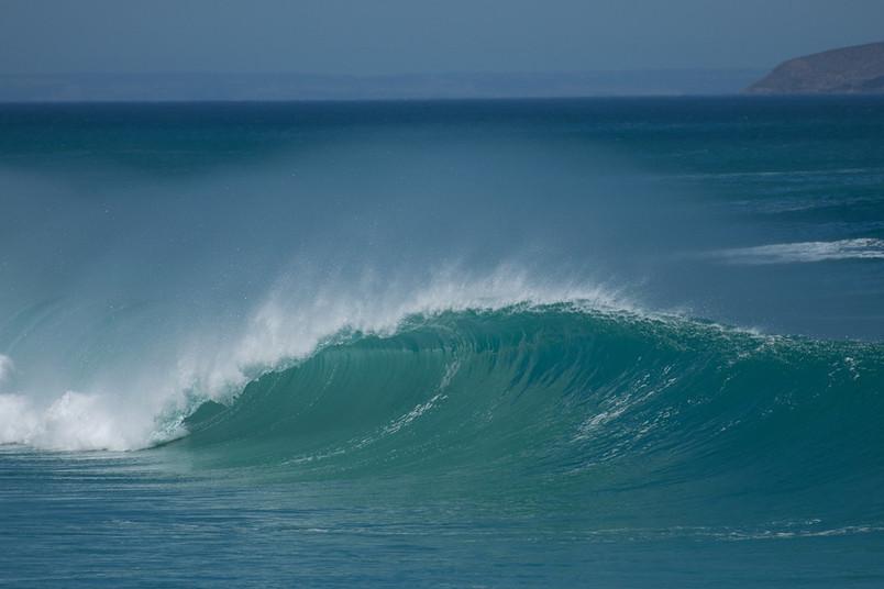 Meerwasser formiert sich zu einer großen Welle