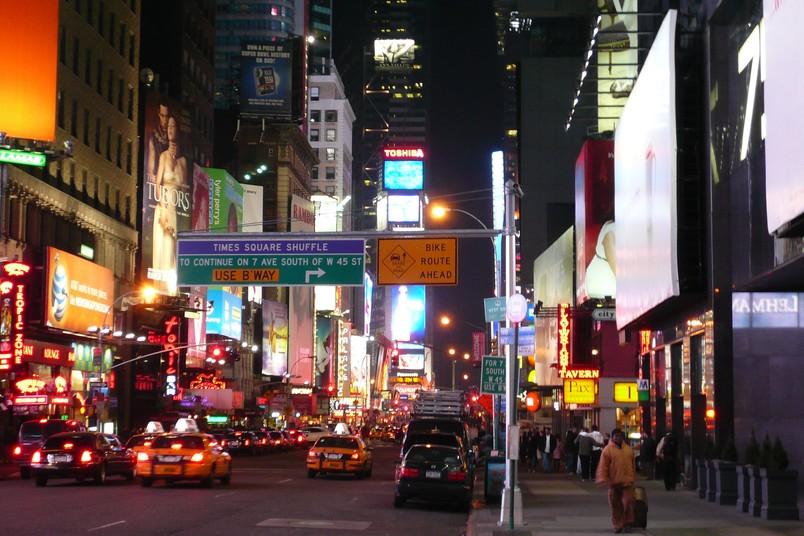 Pulsierende Metropole: Belebte Straße in New York bei Nacht