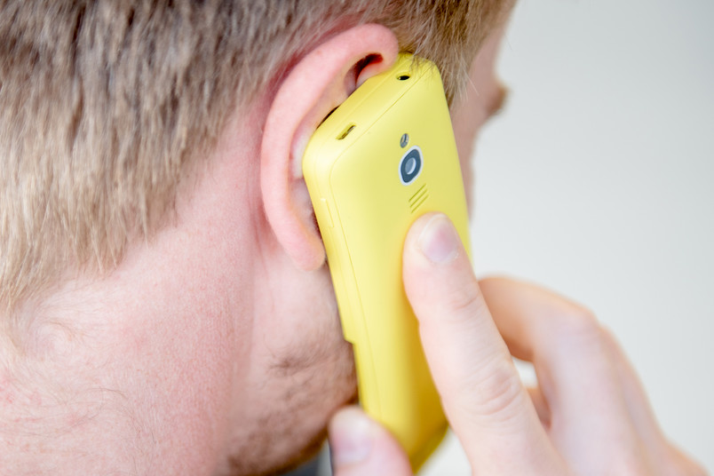 Eine Person beim Telefonieren mit dem Handy