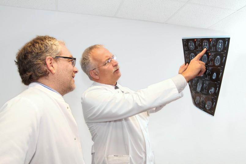 Prof. Dr. Ralf Gold (rechts), hier mit Prof. Dr. Siegfried Muhlack, leitet die Neurologie im St. Josef-Hospital, die eine neue Covid-19-Sprechstunde anbietet.
