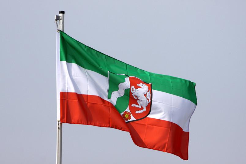 NRW-Flagge weht im Wind