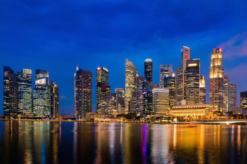 Nächtliche Skyline von Singapur in Ostasien
