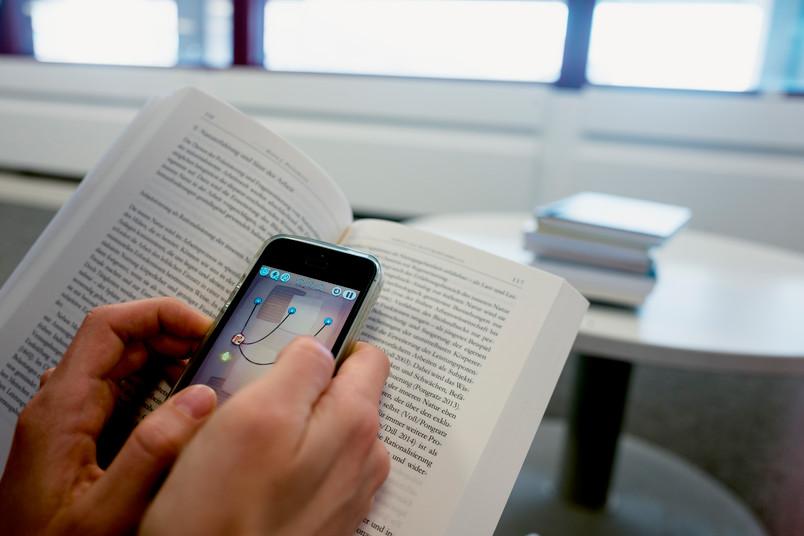 Handy auf Lehrbuch