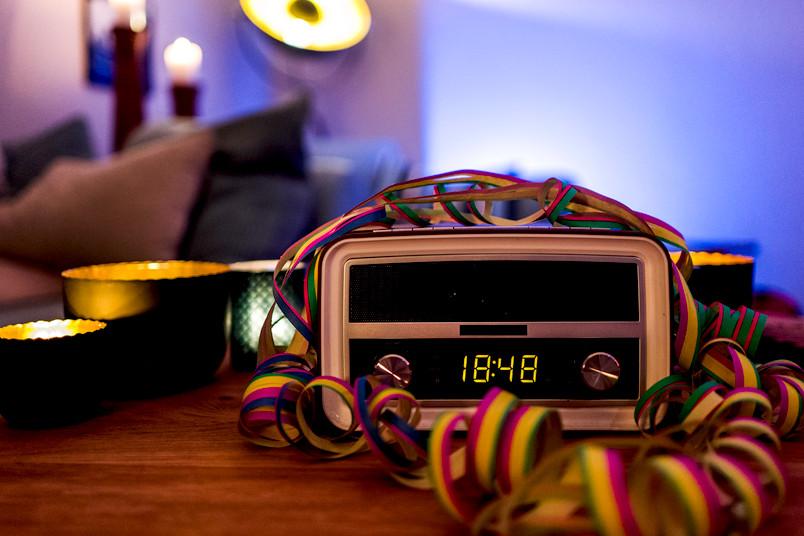 Radio mit Luftschlangen