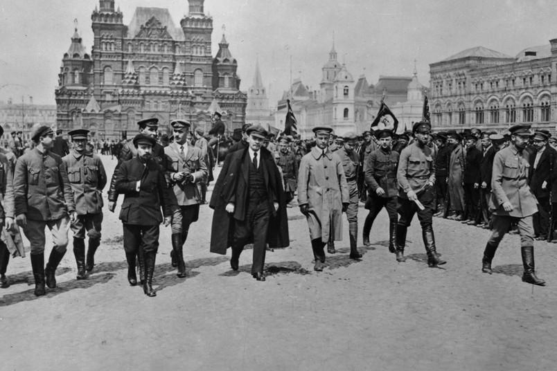 Lenin inspiziert auf dem Roten Platz in Moskau zusammen mit Kommandeuren allgemeine Truppen der Roten Armee. Historisches Foto vom 25. Mai 1919