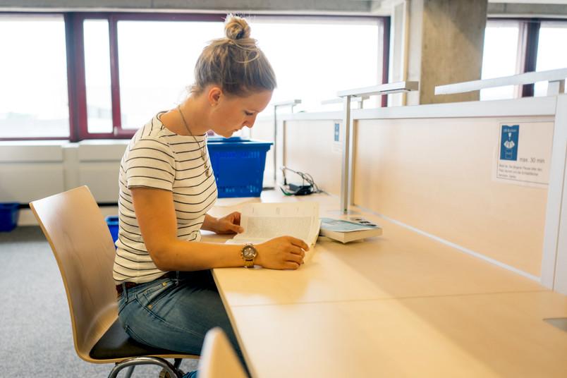 Studentin lernt am Schreibtisch.