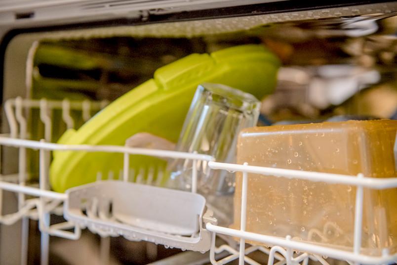 Nasse Kunststoffteile in einer Spülmaschine