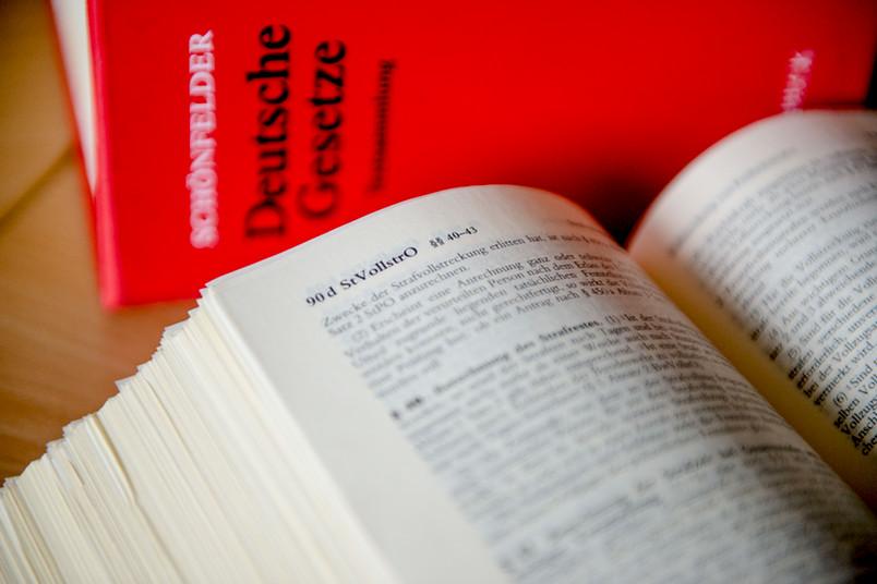 Aufgeschlagenes Strafgesetzbuch