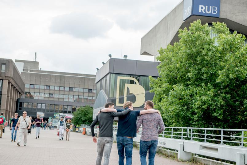 Studenten gehen über den Campus.