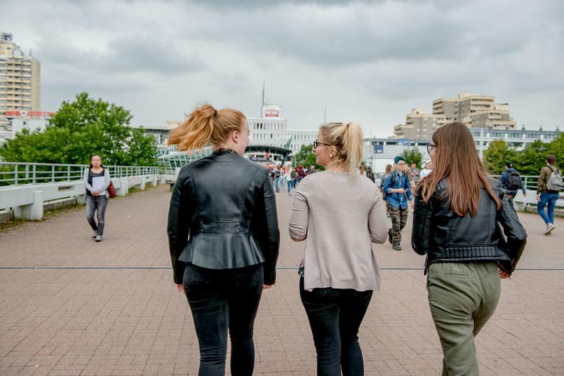 Studentinnen auf dem Campus