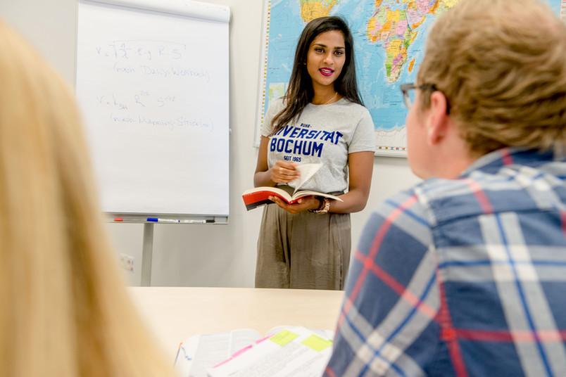 Studentin hält einen Vortrag.