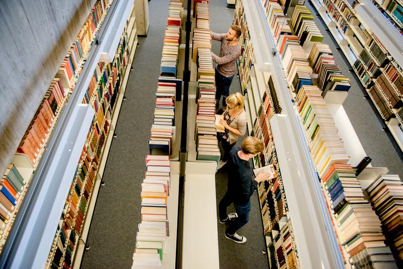 Buchregale in der Bibliothek