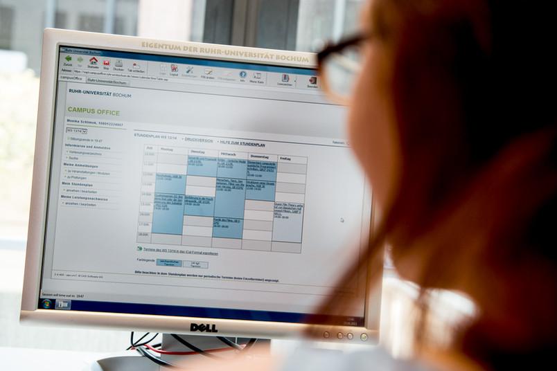PC-Bildschirm, auf dem ein Stundenplan einer Studentin zu sehen ist.