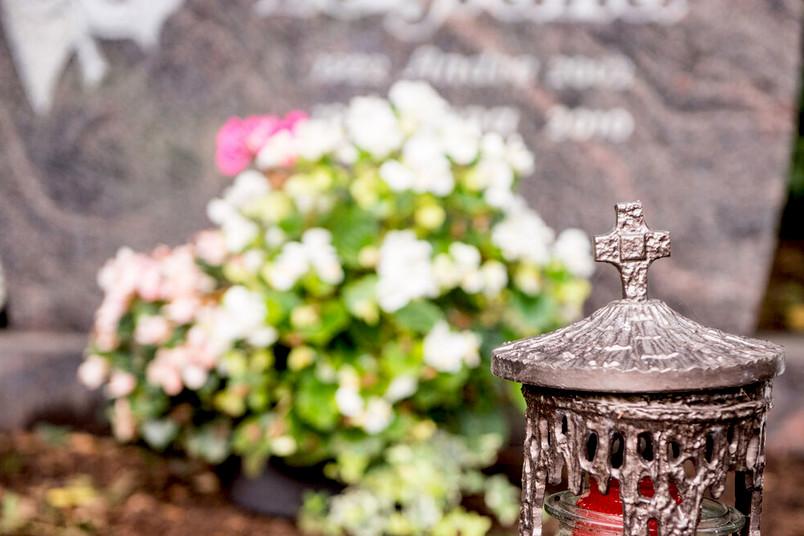 Grablaterne und Blumen