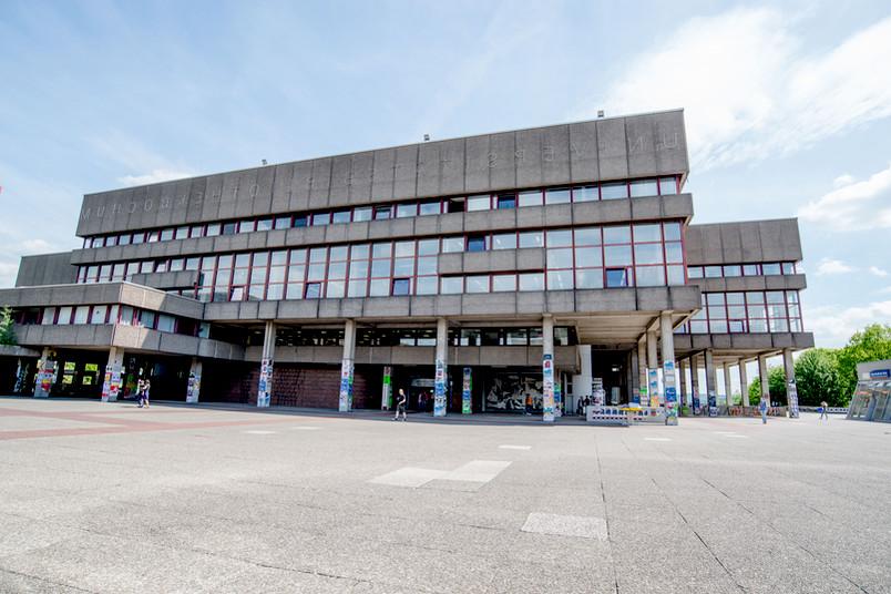 Das Gebäude der Universitätsbibliothek Bochum bei Sonnenschein