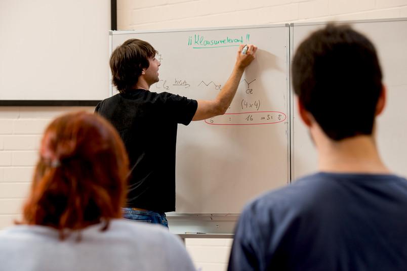 Lehrer an einer Tafel