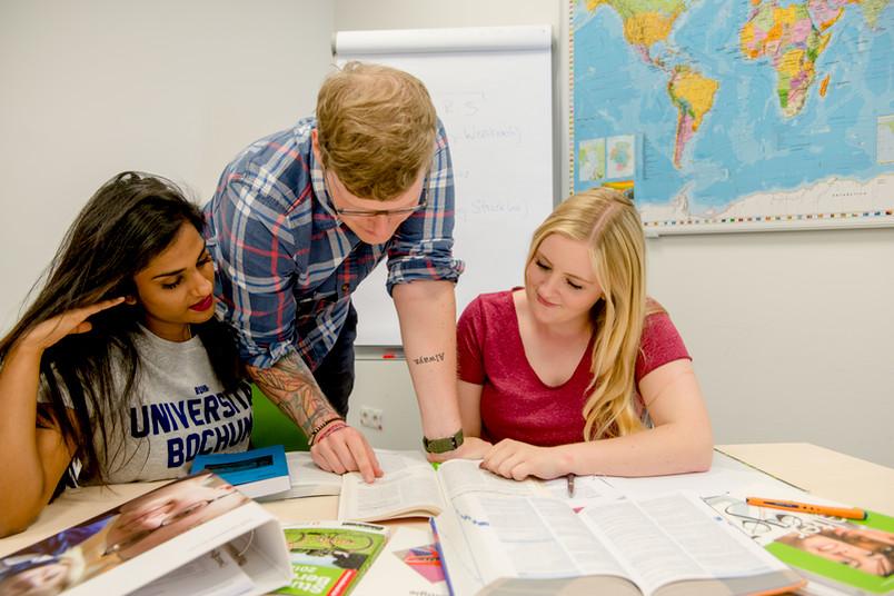 Stellvertreterfoto mit Studierenden in Gruppenarbeit