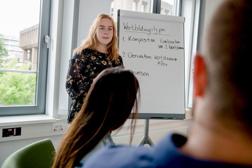 Studentin hält Referat