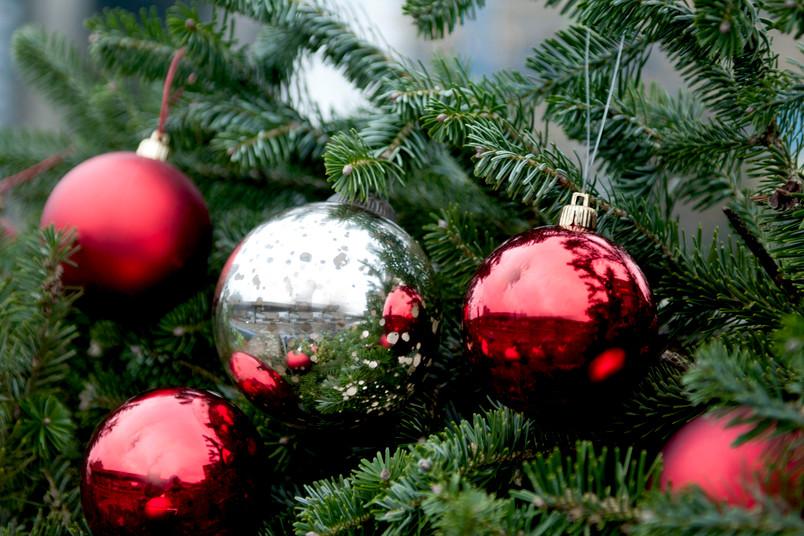 Symbolbild für Weihnachten mit Christbaumkugeln