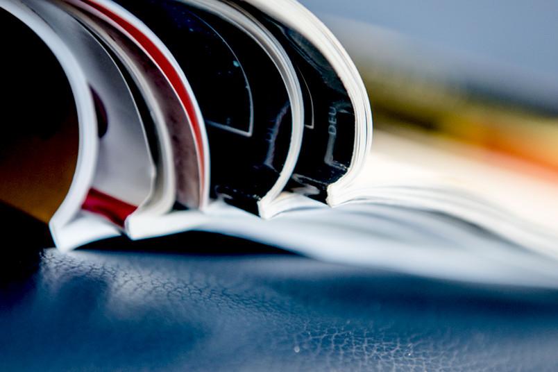 Ansicht eines Stapels mit aufgeschlagenen Zeitschriften