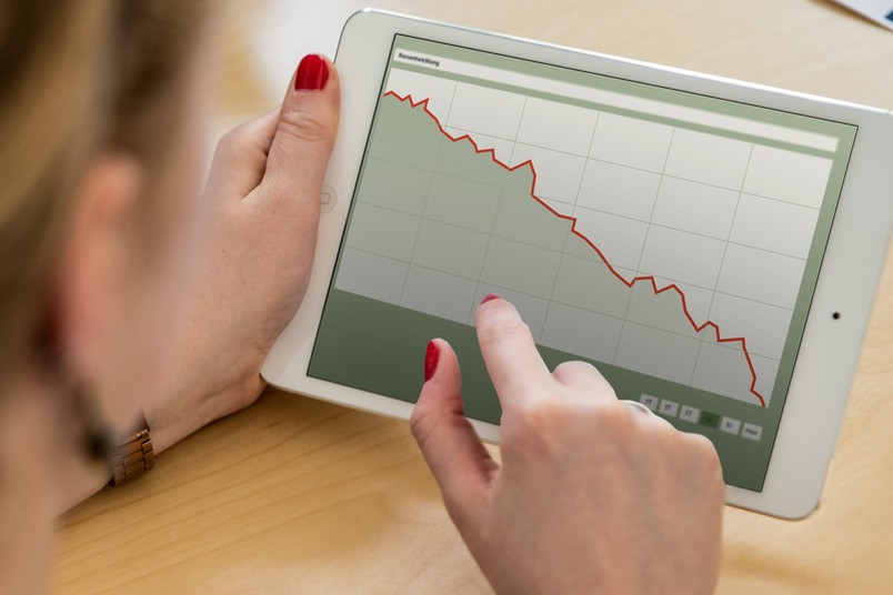 Tablet mit sinkendem Aktienkurs