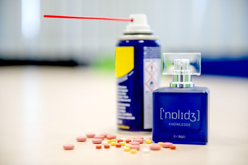 Parfüm, Tabletten und Schmiermitteldose