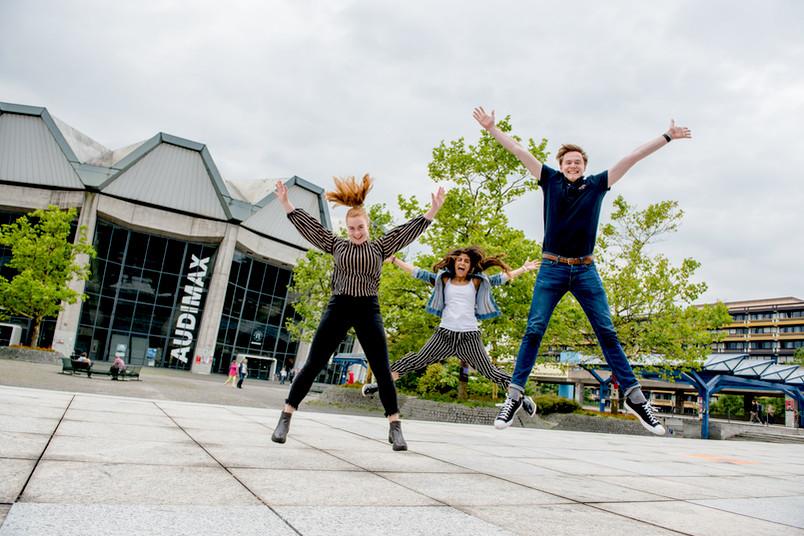Studierende hüpfen.