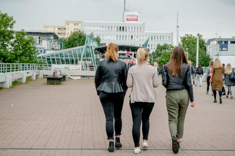 Studentinnen laufen über Campus.