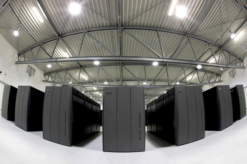 Großer Raum mit mehreren hohen dunklen Servern