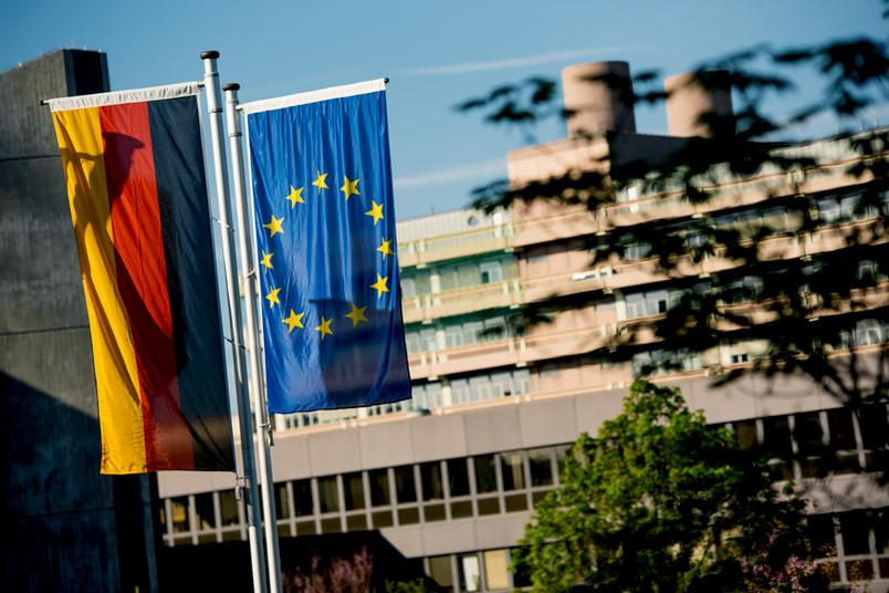 Europa- und Deutschlandflagge auf dem RUB-Campus
