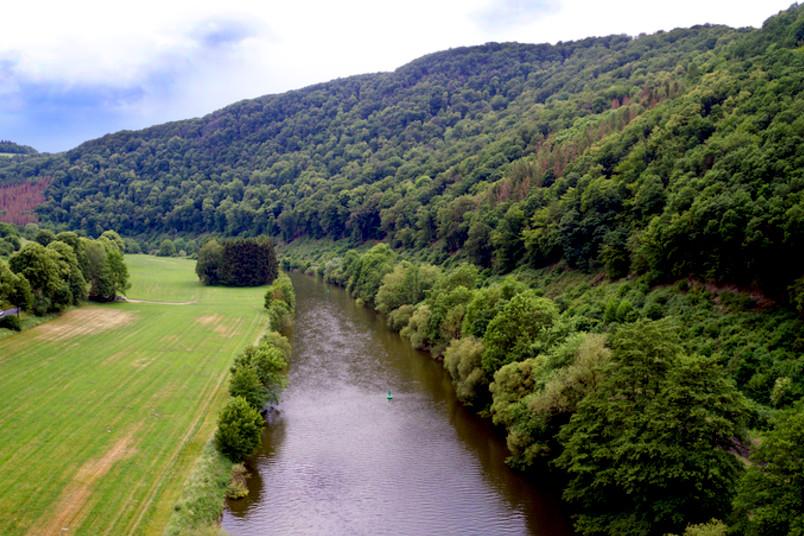 Drohnenaufnahme eines Flusses