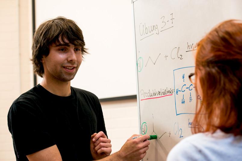 Auch ohne Abitur können Berufstätige unter bestimmen Voraussetzungen studieren.
