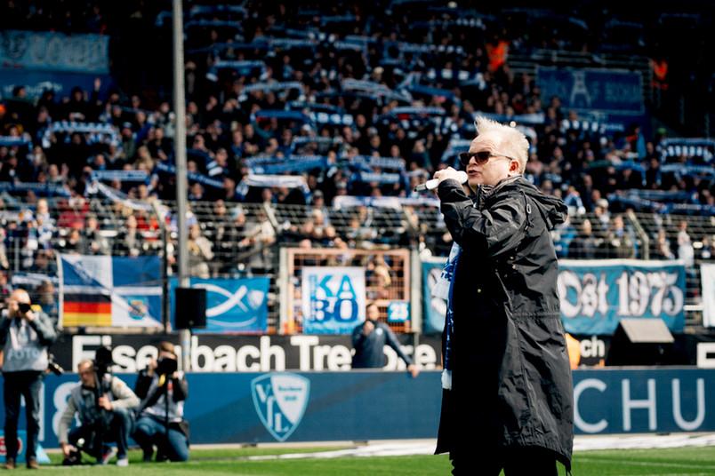 """Herbert Grönemeyer singt beim Heimspiel """"Bochum""""."""