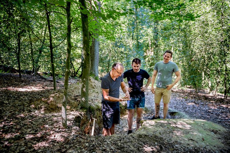 Drei Forscher im Wald