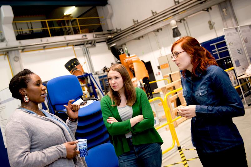 Die Studierenden greifen in der Worldfactory auf die Unterstützung von Praktikern zurück und werden durch Lehrende betreut.