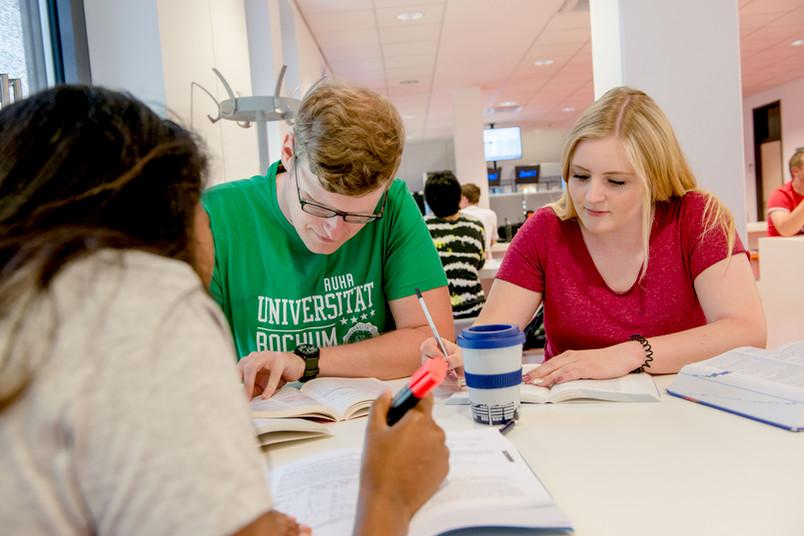 Drei Studierende lernen.
